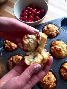 Fluffige, unfotogene aber leckere Kirsch-Kokos-Muffins