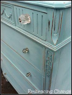 Cómoda con pintura de tiza azul