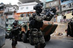 Brazilian army SOF operating in a Rio de Janeiro Favela this week Military Guns, Military Personnel, Military Outfits, Favelas Brazil, Ghost Recon 2, Tactical Uniforms, Military Special Forces, Naval, Military Pictures