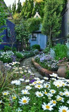 30+ Brilliant Garden Path Walkways Design Ideas #outdoorgardens #gardenideas #gardenslandscaping - Fieltro.Net