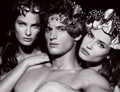 Depois de Terry Richardson fotografar lindas modelos em terras brasileiras em 2010, agora é a vez de Karl Lagerfeld mostrar sua arte noCalendário Pirelli 2011, entitulado The Cal. O tema que o fotógrafo escolheu foi a mitologia.O famoso calendário traz modelos nus, como:Julianne Moore, Isabeli Fontana eDaria Werbowy aparecem apenas com adereços como arco e capacete. Os homens também tem vez, como o topBaptiste Gaibiconi, que surge como deus Apolo.