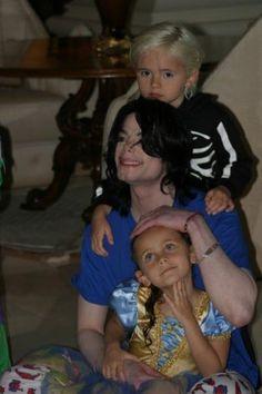 Michael Jackson avec Prince Michael et Paris Katherine après un spectacle donnés par les enfants chez les Malnik