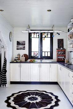 Black and white kitchen decor Kitchen Cabinets Decor, Farmhouse Kitchen Cabinets, Kitchen Cabinet Design, Kitchen Layout, Kitchen Ideas, Turbulence Deco, Dining Room Design, Beautiful Kitchens, Interiores Design