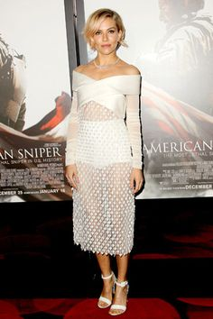 シエナ・ミラー アーティスティックなスタイルもホワイトでしなやかに。