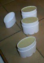 Siempre Natural: Receta: Desodorante en BarraIngredientes ♥ 3 cucharadas de aceite de coco orgánico, virgen.  ♥ 2 cucharadas de manteca de cacao orgánica, sin refinar y de comercio justo. ♥ 3 cucharadas de polvo de arrurruz orgánico o maicena orgánica. ♥ 2 cucharadas de bicarbonato de sodio ♥ Aceites esenciales orgánicos (para fragancias ver la tabla a continuación).