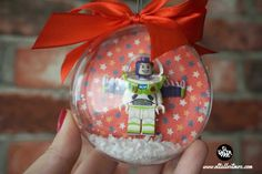 Diy, Navidad , decoracion... Snow Globes, Christmas Bulbs, Holiday Decor, Diy, Christmas Presents, Christmas Ornaments, Crates, Blue Prints, Manualidades