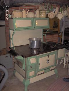 My in-laws had this stove. Antique Kitchen Stoves, Antique Wood Stove, How To Antique Wood, Vintage Kitchen, Primitive Kitchen, Green Country Kitchen, Green Kitchen, Kitchen Decor, Kitchen Design