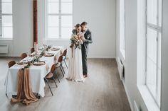 Boheemit talvihäät – stailattu hääkuvaus Epaalan Anselmilla Bridesmaid Dresses, Wedding Dresses, Table Settings, Wedding Inspiration, Fashion, Bridesmade Dresses, Bride Dresses, Moda, Bridal Gowns