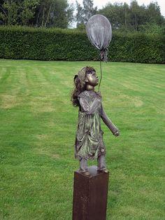 Zandstorm: Spelend meisje met ballon (Powertex,beelden)