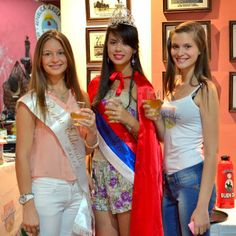 Reinas degustando matecocido frío en el museo cooperativo de Eldorado, Misiones en la presentación de Yerba Mate Buen Día
