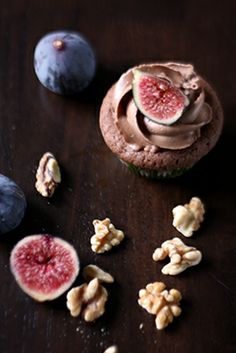 """From Christina's Catchy Cakes come """"Schoko-Feigen-Cupcakes"""" [Chocolate Fig Cupcakes] -- These goodies have half a fig each inside! Click-through recipe is in German."""