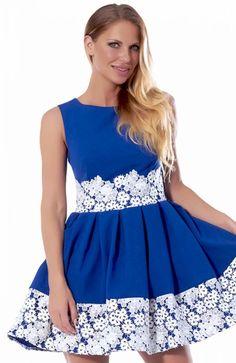 Bicot 2090-05 sukienka chabrowa Zjawiskowa sukienka, rozkloszowany, ozdobiony kontrafałdami fason, wstawki z kontrastującej kolorystycznie koronki