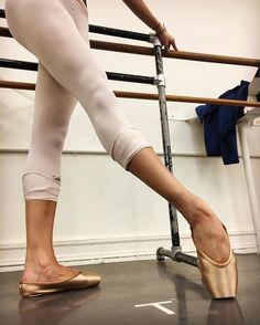 Erica Lall from American Ballet Theatre wearing the new cappucino base color Gaynor Minden pointe shoes! Tutu Ballet, Ballet Feet, Ballet Shoes, Ballet Body, Ballet Leotards, Dancers Feet, Ballet Dancers, Ballerinas, Dance Photos