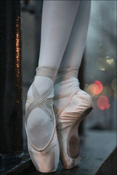 Katie - Street, New York City. I love ballet feet! Ballet Art, Ballet Dancers, Pointe Shoes, Ballet Shoes, Dancer Photography, Ballerina Project, Dance Poses, Ballet Beautiful, Dance Pictures