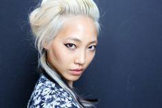 Born to be a blonde Asian woman. Blonde Asian, Brown Blonde Hair, Asian Hair, Medium Blonde, Beauty Trends, Beauty Hacks, Runway Hair, Toni And Guy, Soo Jin