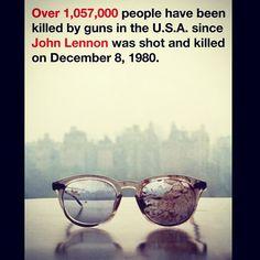 """Yoko Ono compartió a través de su cuenta de Twitter una imagen de unos lentes ensagrentados como los que usaba John Lennon el día que fue asesinado con la leyenda: """"Más de 1, 057, 000 personas han sido asesinadas por armas en EU desde que John Lennon fue asesinado el 8 de diciembre de 1980."""" Esto, a favor de la regulación de armas propuesta por el presidente de EU, Barack Obama. Foto: @yokoono"""