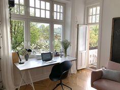 Workspace. Homeoffice. Schreibtisch. Altbau mit großen Fenstern.