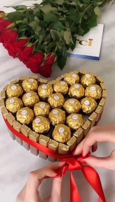 Candy Crafts, Diy Crafts For Gifts, Diy Home Crafts, Diy Crafts Videos, Chocolate Bouquet Diy, Candy Bouquet Diy, Flower Box Gift, Wedding Gift Wrapping, Diy Party Decorations