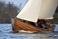 """""""Stella maris"""" est un canot à clins, en chêne massif verni, construit par Evald Olsson (Suède) en 1989. Il est en bon état, vernis refait récemment, gréement de sloup au tiers. Longueur 4 ,86 m, largeur 1,77 m, tirant d'eau 0,30 cm, remorque de route 2007, pompe de cale électrique neuve, taud hivernage, avirons. Visible en Loire-atlantique"""