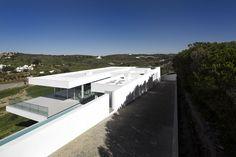 A modern home built for outdoor living, Villa Escarpa was the vision of studio Mario Martins, located near the village of Praia da Luz, Portugal. Algarve, Commercial Architecture, Modern Architecture House, Villas, Mario Martin, Portugal, Long Driveways, Design Blog, Patio