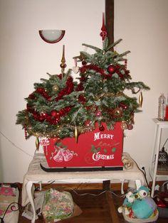 Arbres de Noël & Christmas Tree  Réalisé avec de palettes ayant un plateau en medium ce traîneau nous aura coûté un pot de peinture rouge, et deux crayons de peinture blanc et vert.Les patins du traineau siont également fait en Medium posé sur sa tranche et solidarrisé avec le traineau par deux tasseau. Temps de travail 10H. Déco comprise avec les mains douées de ma femme.