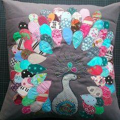 #peacock #scrapbuster #scraps #birds #embroidery #zakka #stitch #quilt #pillow #balipops #wofürrestegutsind #resteverwertung #einpfauistimmernochdrin #geschenkefuerdieliebsten #anderneinefreudemachen #selfishsewing #patchwork #grauisteinetollefarbe