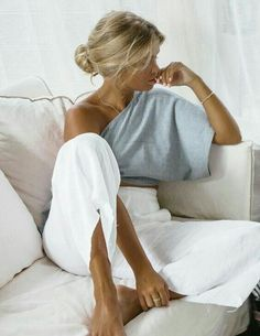 Pantalon blanc lin, top rayé, cool casual mode, casual chic femme moderne, femme blonde chignon bas Source by archzinefr clothing for summer Mode Outfits, Casual Outfits, Fashion Outfits, Fashion Tips, Classy Chic Outfits, Fashion Hacks, Latest Outfits, Sneakers Fashion, Fashion Trends