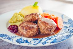 Her er en oppskrift fra min oldemors kokebok. Disse kjøttkakene er laget uten bruk av hvetemel for det har en tendens til å gjøre kjøttkakene littlimaktigeog seige. Bindemiddelet her er egg, littpotetmel og knust kavring - noe som gjør de ekstra Norwegian Food, Dressing, Pretzel Bites, Baked Potato, Scandinavian, Bacon, Food Porn, Food And Drink, Recipes