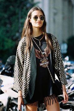 Mode vintage : 10 looks pour s'inspirer ce printemps Daily Fashion, Look Fashion, Metal Fashion, Hippie Fashion, Lolita Fashion, Vintage Fashion, Estilo Rock, Style Outfits, Fashion Outfits
