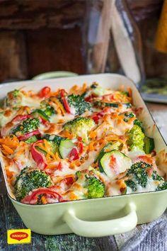 Ob als Beilage oder als Hauptgang, dieser leckere Gemüse-Auflauf mit Broccoli, Möhren und Paprika wird dir schmecken! Denn neben den wertvollen Zutaten ist er auch noch überbacken mit herzhaftem Gouda und mit einer Saucenkombination aus Crème fraîche und Gemüse Brühe verfeinert. Guten Appetit! #rezept #gemüseauflauf #broccoli #möhre #paprika #cremefraiche
