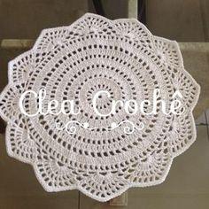 Recebi uma encomenda de souplats branco,acho que fica uma mesa bem clean e o bom do branco é que combina com tudo! Quer fazer seu pedido? Fa... Crochet Dollies, Crochet Diy, Crochet Home Decor, Crochet Round, Thread Crochet, Love Crochet, Filet Crochet, Crochet Placemats, Crochet Doily Patterns