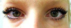 PÄIVÄ 26: Ärtyneet silmät :(Töistä nopea moikkaus!Kahvitauolla (tai oikeastaan nyt inkivääri-sitruuna teetauolla) täällä ollaan, moi.Eilen pyöräilin tuolla tuiskeessa ja mun silmät ärtyi tosi pahasti. Ripsarit oli levinnyt sateessa ympäri silmänympärystä ja silmiin ja jouduin hankaamaan niitä pois. Silmät siis punoitti tosi pahasti ihan silmän sisältä ja myös ympärykset. Ei tainnu oikeen tykätä mun silmät tuosta räntäsateesta :(Nyt aamulla silmät oli tosi turvonneet, särki, vetisti ja ...