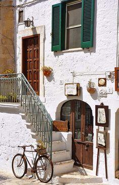 Una piccola strada...Ostuni - Vicoli. Italy.