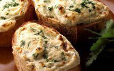Knoflookbroodjes met kaas en verse basilicum