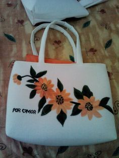 Bolsa de manta con hermosas flores amarillas.