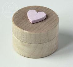 Okrągłe, drewniane pudełko na obrączki z różowym sercem