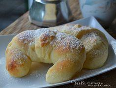 Cornetti al mascarpone ricetta dolce morbidi e golosi, con tanto mascarpone nell'impasto, ottimi per una colazione sia da soli che con marmellata e nutella