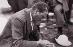 Şapka Devrimi ilanı sonrası, Kastamonu'dan Ankara'ya dönen Atatürk, yolda verilen bir mola sırasında gazetesini okurken sigara içiyor.