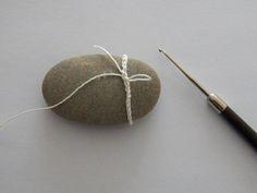 """Vor 14 Tagen hatte ich euch zwei kleine Fischlis aus umhäkelten """"Steinen""""  (eigentlich waren es rundgeschliffene Tonscherben, aber Steine ge..."""