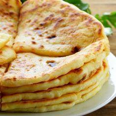 Pain indien paratha – Ingrédients de la recette : 150 g de farine de blé complet, 50 g de farine de blé blanche, 15 cl d'eau tiède, 3 pincées de sel, huile de tournesol