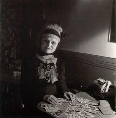 Tarot reader, by Robert Doisneau. Robert Doisneau, Henri Cartier Bresson, Man Ray, Vintage Photographs, Vintage Photos, Great Photos, Old Photos, Foto Face, Maleficarum