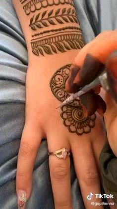 Pretty Henna Designs, Modern Henna Designs, Latest Henna Designs, Henna Tattoo Designs Simple, Finger Henna Designs, Full Hand Mehndi Designs, Henna Art Designs, Mehndi Designs For Beginners, Mehndi Designs For Girls