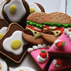 #kidsparty #kidsbirthdayparty #sweettable #giftideas #giftbags #cookies #royalicing #hamburger #egg #cakes #handdecorated #customisedcookies #sweettable