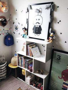 Petite chambre d'enfant en noir et blanc avec quelques touches colorées
