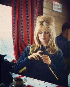 BRIGITTE BARDOT Knitting My favorite Bond Girl.a knitter too! Obviously sexy and knitter are one and the same. Love Knitting, Knitting Humor, Vintage Knitting, Knitting Projects, Knitting Quotes, Knitting Club, Brigitte Bardot, Divas, Emmanuelle Béart