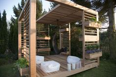 Building your own pergola or gazebo is a surprisingly easy endeavour, provided you're prepared.The construction of a garden gazebo can be a challenge, requiring logistical, organisational and … Diy Pergola, Backyard Gazebo, Building A Pergola, Modern Pergola, Pallet Pergola, Outdoor Pallet, Garden Gazebo, Backyard Pavilion, Outdoor Pergola