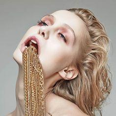 L'étonnante sérieAddicted To Glamour réalisée par lephotographeDanil Golovkinpour le magazineFashion Gone Rogue, qui nous offre un regard décalé