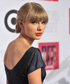 Taylor Swift's No Makeup Selfie Is Stunning, Demonstrates She Doesn't Always Do The Over-The-Shoulder Pose