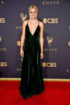 E nada como um veludo luxuoso em cores sóbrias como o verde musgo, não é mesmo, Shailene Woodley?