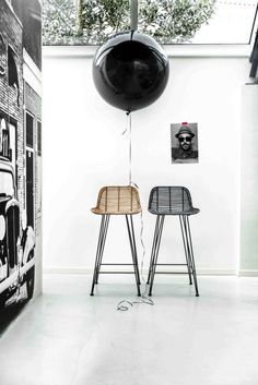 The design of the black rattan bar stool by HK Living is as simple as it is amazing, making it a perfect match in almost any interior style. The black rattan. Chaise Haute Bar, Chaise Bar, Rattan Bar Stools, Bar Chairs, Dinner Chairs, Office Chairs, Deco Design, Living Room Chairs, Dining Room
